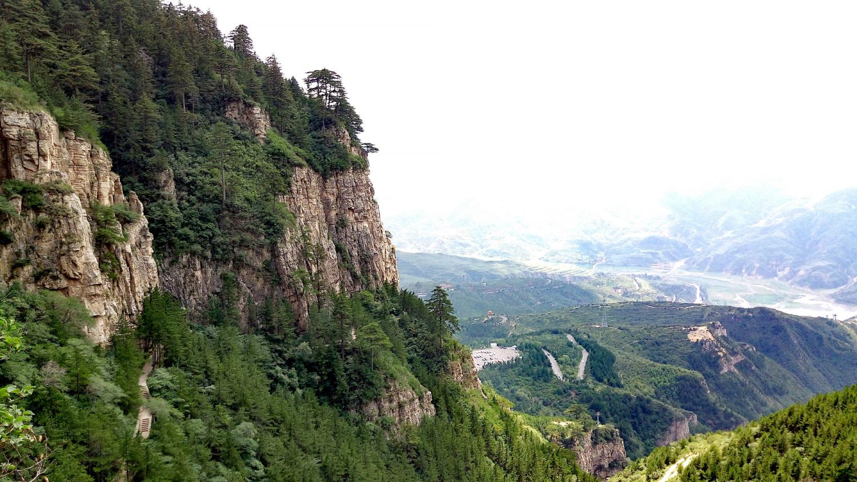 橫看成嶺,爬了大約一半,山下風景就基本盡收眼底了